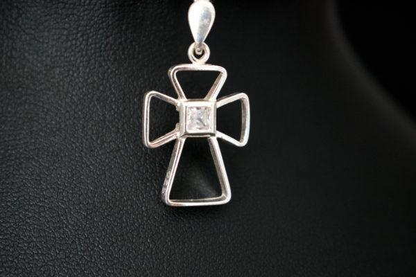 krzyżyk srebrny cyrkonia