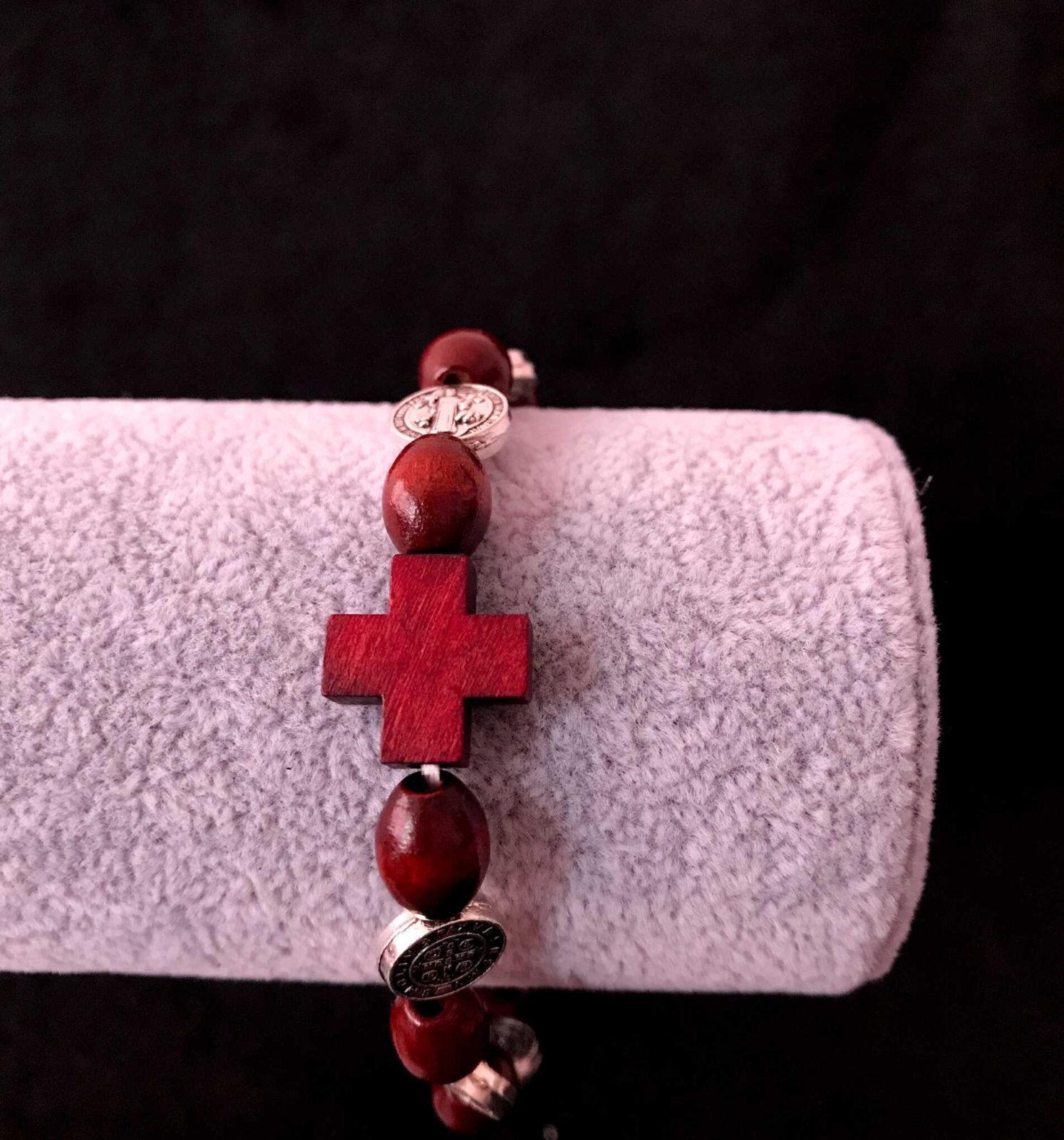 bransoletka drewniana dziesiątka różańca ze Św. Benedyktem